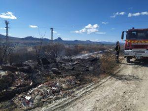 Los bomberos sofocan un incendio cerca Los Casones en Cieza